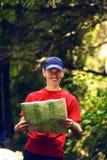 Aventurero alegre con el mapa fotos de archivo