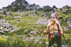 Aventurero de la mujer que camina en las montañas rocosas fotografía de archivo