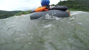 Aventurero de la tubería de Whitewater Recued por el Kayaker de la seguridad metrajes
