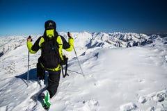 Aventurero en el top de montañas alpinas Foto de archivo