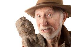 Aventurero o arqueólogo con el ídolo Imagen de archivo libre de regalías