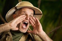 Aventurero que grita en la selva foto de archivo libre de regalías