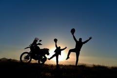 Aventures de moto de couples et jour énergique photo stock
