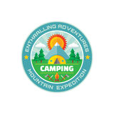 - Aventures fascinantes - expédition campante de montagne - dirigez l'illustration d'insigne dans le style plat illustration libre de droits