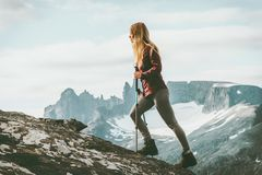 Aventurier de femme trimardant en montagnes de la Norvège image stock