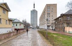 Avenue de Chumbarova-Luchinskogo de piéton dans Arkhangelsk, Russie Photos stock