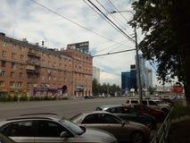 Avenue de Lénine dans la ville de Chelyabinsk en direction de l'usine de tracteurs de Chelyabinsk et du secteur éponyme de la vil images libres de droits
