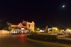 Avenue de la République en la noche, Saintes-Maries-de-la-Mer, Francia Imagen de archivo libre de regalías
