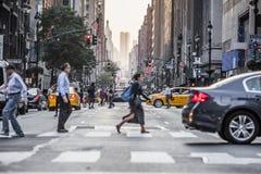 Avenue de Lexington Crowdy à Manhattan à environ le 17h sur un Ligh rouge Photographie stock libre de droits