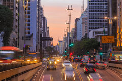 Avenue de Paulista au crépuscule à Sao Paulo Photo stock