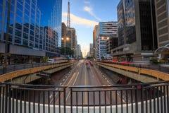 Avenue de Paulista au crépuscule à Sao Paulo Photographie stock