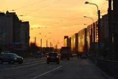 Avenue de Shlisselburgsky au coucher du soleil, St Petersburg Images libres de droits