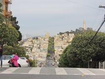 Avenue et rues de San Francisco au-dessus d'une colline Photographie stock libre de droits