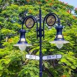 Avenue historique de croisement 5ème et 6ème de plaque de rue à Naples, la Floride Photographie stock