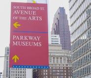 Aveny för riktningstecken av konsterna i Philadelphia - PHILADELPHIA - PENNSYLVANIA - APRIL 6, 2017 Royaltyfria Foton