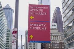 Aveny för riktningstecken av konsterna i Philadelphia - PHILADELPHIA - PENNSYLVANIA - APRIL 6, 2017 Royaltyfri Bild