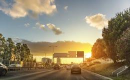 Aveny i Lissabon Portugal, bilar som cirkulerar, och solnedgång, Lissabon Royaltyfri Foto