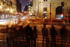 Avenyljus i regnet Fotografering för Bildbyråer