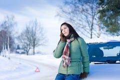 Avería del coche del invierno - llamada de la mujer para la ayuda Imágenes de archivo libres de regalías
