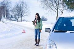 Avería del coche del invierno - llamada de la mujer para la ayuda fotografía de archivo libre de regalías