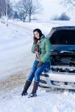 Avería del coche del invierno - llamada de la mujer para la ayuda Foto de archivo libre de regalías