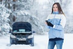 Avería del coche en el camino del invierno Imagen de archivo libre de regalías