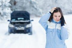 Avería del coche en el camino del invierno Fotos de archivo libres de regalías