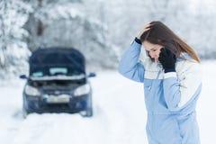 Avería del coche en el camino del invierno Fotos de archivo