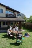 Avere barbecue mentre celebrando il 4 luglio insieme, concetto di festa dell'indipendenza Fotografia Stock