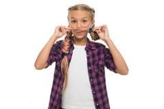 Avere divertimento Concetto dei capelli facciali La ragazza lungamente intreccia il fondo bianco Treccia di Kanekalon Tenga l'acc fotografia stock libera da diritti