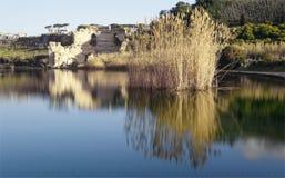 Averno del ` del lago d y parte de sus bancos durante el día Imagenes de archivo