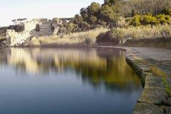 Averno del ` del lago d y parte de sus bancos tomados durante día Fotos de archivo