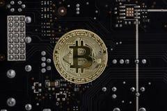 Avers av crypto valutabitcoin på bakgrunden av brädet för elektronisk strömkrets för dator` s Royaltyfri Bild