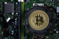 Avers av crypto valutabitcoin på bakgrunden av brädet för elektronisk strömkrets för dator` s Arkivfoto