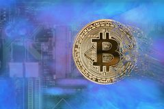 Avers av crypto valutabitcoin på bakgrunden av brädet för elektronisk strömkrets för dator` s Arkivbilder