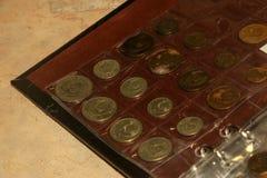 Avers av den gamla Sovjetunionen myntsamlingen i numismatiskt album royaltyfri foto