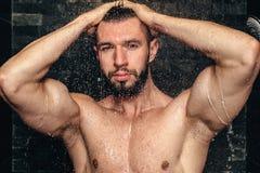 Averse belle naturelle d'athlète Joueur musculaire de forme physique prenant une douche image libre de droits