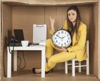 Avertissant d'une femme d'affaires, écoulements de temps Photographie stock