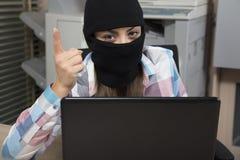 Avertissant du pirate informatique, doigt menaçant Photo libre de droits
