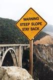 ` Avertissant le panneau routier de ` de séjour de pente raide de retour Image stock