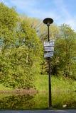 Avertissant se connecte un courrier de lampe par l'eau, dans estonien Image stock
