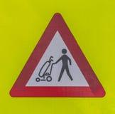 Panneau d'avertissement de golfeurs de croisement. Images libres de droits