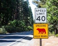 Avertissement de signe de vitesse des ours le long de la sierra Nevada Highway Photos stock