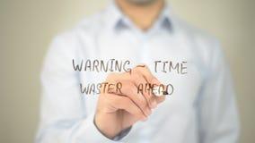 Avertissement - gaspilleur de temps en avant, écriture d'homme sur l'écran transparent photos stock