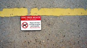 Avertissement gratuit d'amende de signe de plage de chien Photo stock