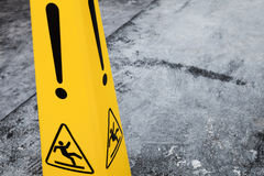 Avertissez le plancher humide, fragment jaune de panneau d'avertissement Photographie stock libre de droits