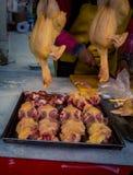 Aves domésticas frescas em um mercado fotografia de stock royalty free