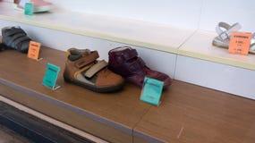 Avfärdade skor i shoppar fönstret i den Budapest Ungern royaltyfri fotografi