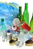 Avfall för återanvändning med, glasflaskor, cans, plast- flaska och kula fotografering för bildbyråer
