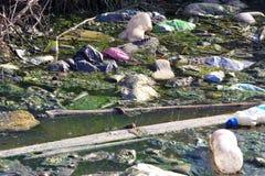 Avfall i floden royaltyfri bild